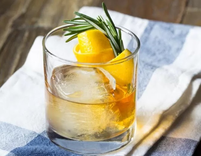 Honey Bourbon Cocktail with Rosemary Simple Syrup #drinks #cocktails