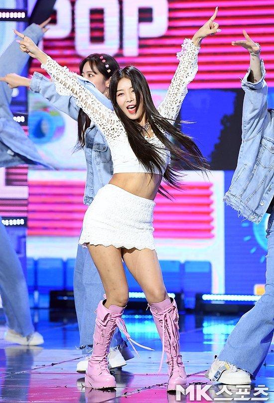 Yoobin 'yaya' şarkısı ile 'Show Champion' şovunda performans sergiledi