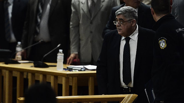Αποδοκιμάστηκε στη δίκη της Χρυσής Αυγής ο αρχηγός της εγκληματικής οργάνωσης Ν. Μιχαλολιάκος – «Σκυλί» του φώναξε η Μάγδα Φύσσα