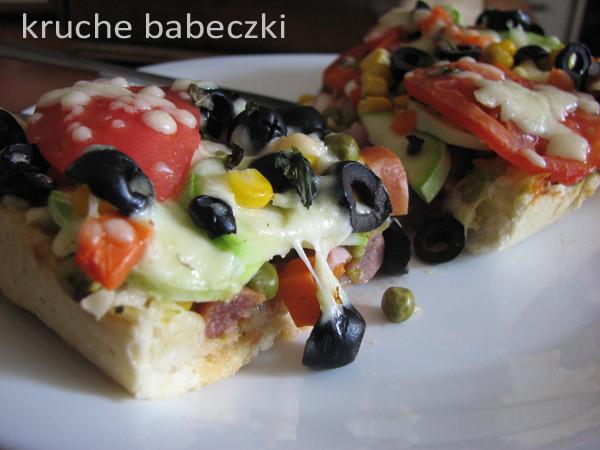 Pizza z cukinią, kiełbasą i oliwkami