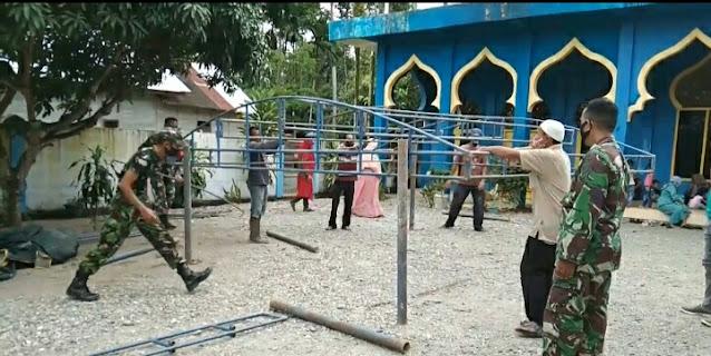 Babinsa Koramil 02/Woyla dan Warga Melaksanakan Gotong Royong Mendirikan Tenda