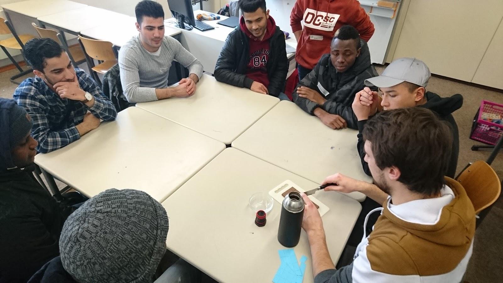 mathematik studierende unterrichten fl chtlinge von rechteckfl chen dreiecken und schokolade. Black Bedroom Furniture Sets. Home Design Ideas