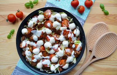 Sałatka z kurczakiem stir fry i mozzarellą