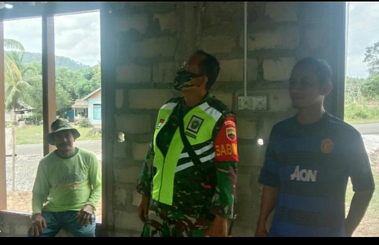 Babinsa Desa Cemaga Selatan Laksanakan Komsos Bersama Warga Yang Sedang Melaksanakan Pembangunan Surau Al-Hidayah