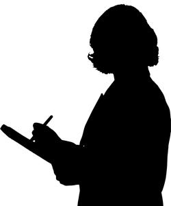 Una mujer del signo Acuario trabajando