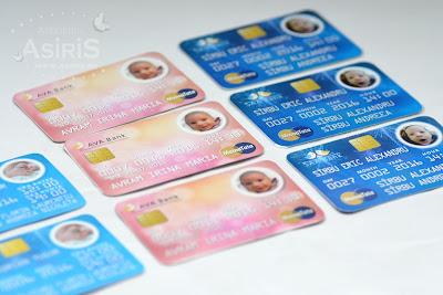 Invitatii botez haioase sub forma de card bancar in culori diverse: roz, bleu, albastru