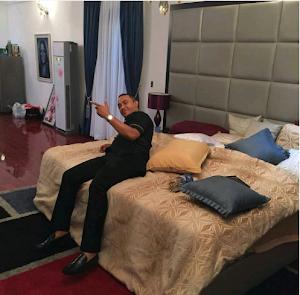 OAP Freeze spotted chilling in Linda Ikeji's bedroom