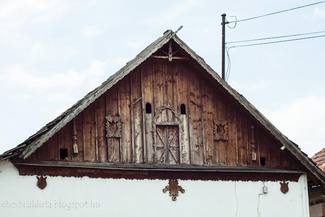 Szegvári ház padlása faragott díszekkel