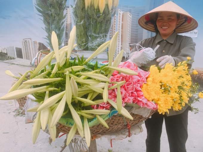 Tháng 4 về ngập phố Hà Nội với loài hoa báo hè - Ảnh 4