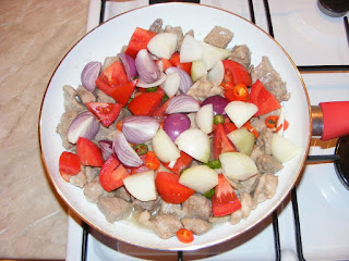 retete, carne prajita cu legume la tigaie, mancaruri cu carne si legume, retete de mancare, retete culinare, preparate din carne si legume,