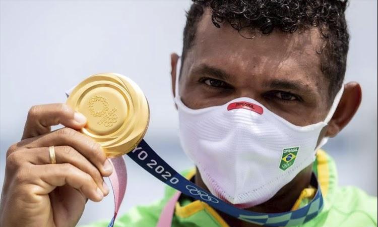 Baiano Isaquias Queiroz vence C1 1.000m da canoagem velocidade e leva medalha de ouro