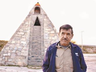 Extraterrestre le pide construir pirámide... ¡y la Construye!