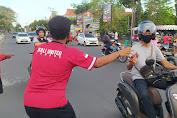 BPBD Mataram, Relawan MCCC danAcademy Bali United Lombok Bagikan Masker