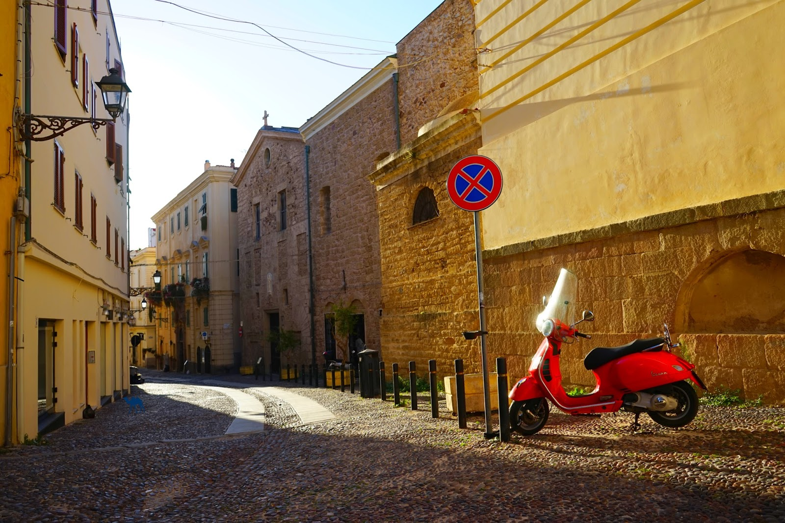 Le Chameau Bleu -  Blog Voyage Alghero Sardaigne - Ruelle de la veille ville d'ALghero Italie  - Séjour en Sardaigne