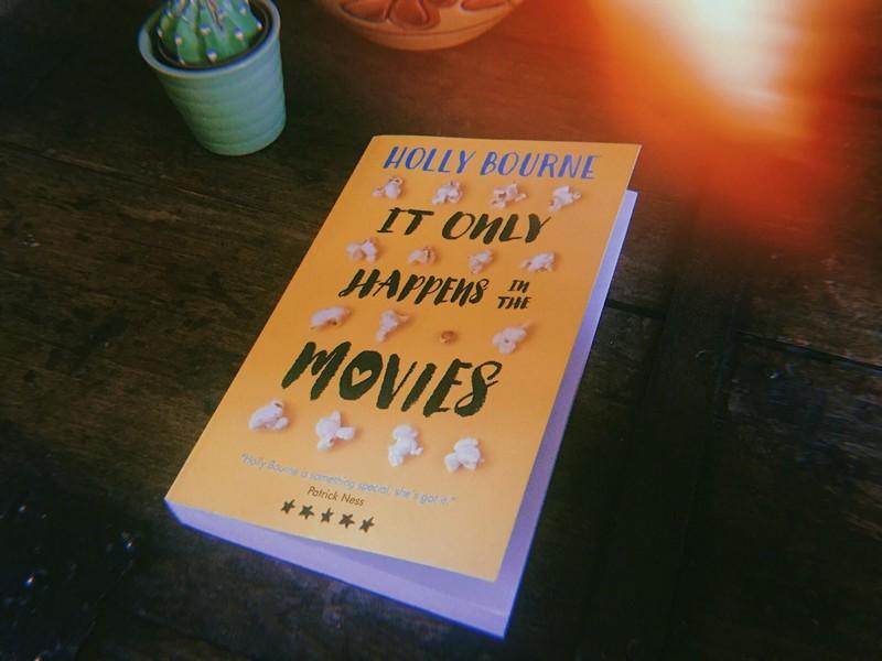 It Only Happens in the Movies de Holly Bourne, un roman YA qui remet en question les relations amoureuses.
