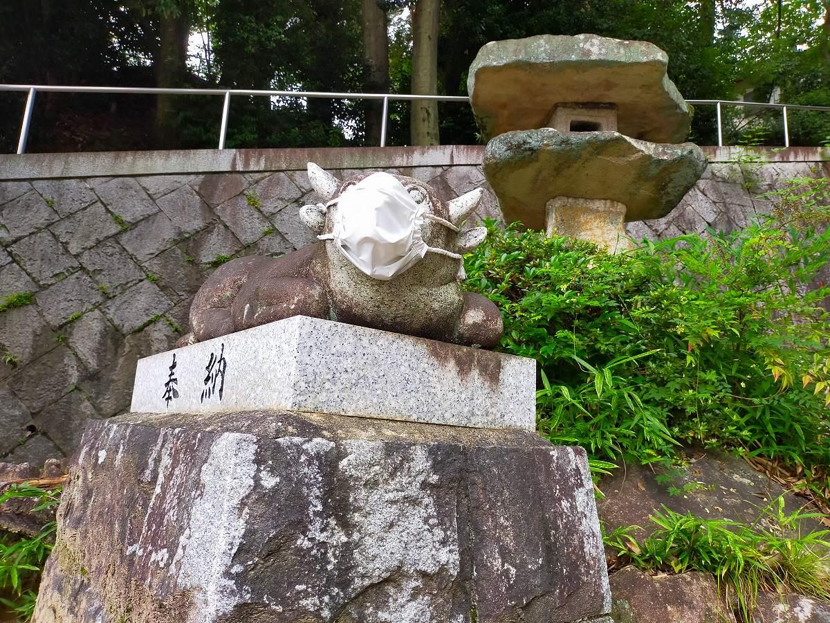 牛の石像。こちらも布マスク。