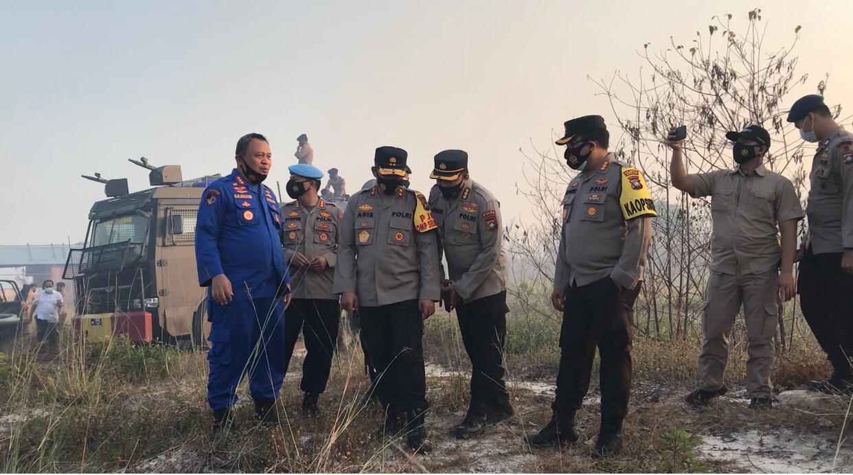 Kapolda Kepri Turut Memimpin Pemadaman Kebakaran Hutan dan Lahan di Pulau Galang