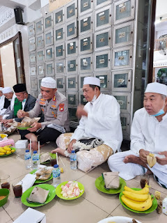 Kapolda Metrojaya Bagikan 100 Kg Beras, 2 Jerigen Desinfektan dan 1000 Masker kepada Pengurus Mesjid pada giat suling.
