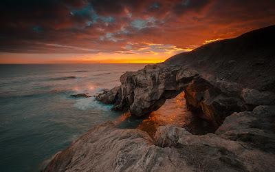 Precioso paisaje anaranjado del mar con rocas