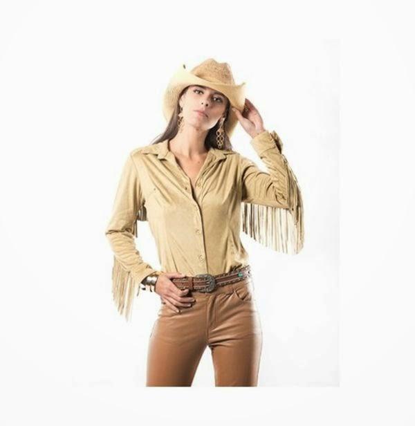 f2e8727b7 ... diferentes formas. A camisa de camurça com franjas é o top da vez e se  usada com turquesa, olha o azul ai, sai do estilo cowboy para ir direto a  festa.
