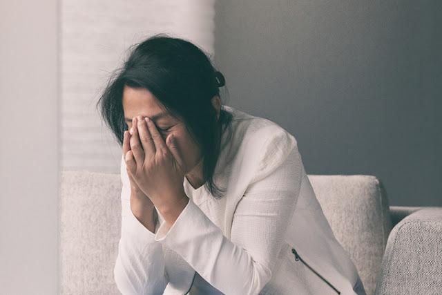 Áp lực, khó khăn mùa dịch bệnh khiến nhiều người mắc chứng căng thẳng, lo âu. Ảnh: Shutterstock