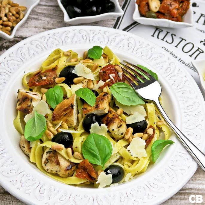 Verse pasta met gegrilde kip en groenten