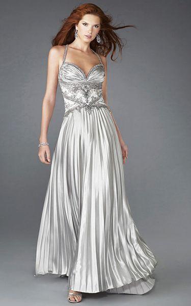 a151d8cc1ff2 Look de boda de tarde-noche. Un look total o parcial en gris plata también  puede quedar muy elegante si vas de invitada a una boda de tarde-noche.
