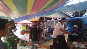 Polsek Muara Siau Bersama Anggota Koramil, Bagikan Masker Gratis Kepada Masyarakat Desa Pasar