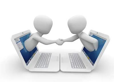 Imagem que ilustra página sobre a politica de privacidade utilizada pelo site onde parece dois bonecos saindo cada um de um notebook e apertando as mãos.