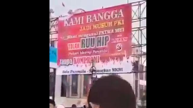 Tolak RUU HIP, Warga Cileungsi Pasang Baliho Besar 'Kami Bangga Jadi Musuh PKI'