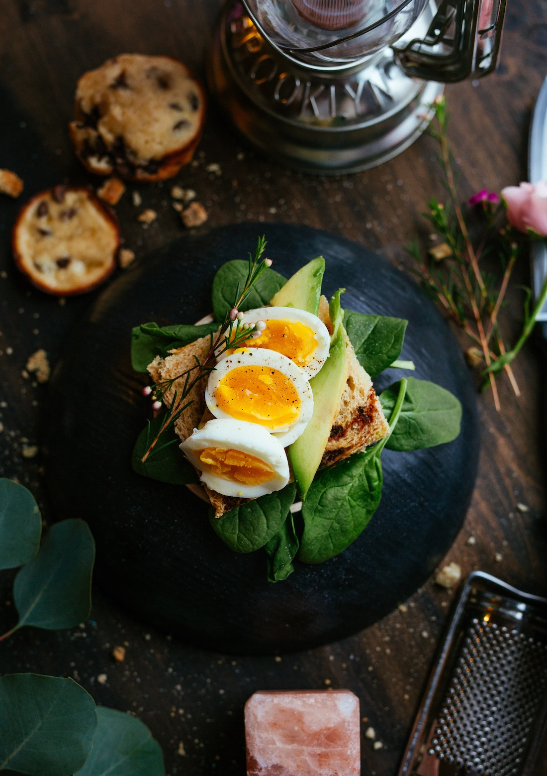 sándwich de pan integral con huevo cocido, aguacate y lechuga