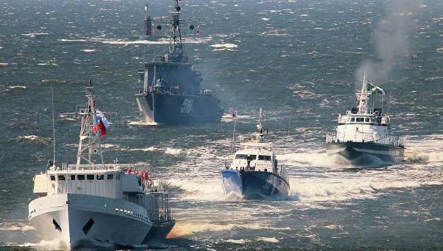 Kementerian Pertahanan Rusia menghidupkan tradisi berparade di Hari Angkatan Laut