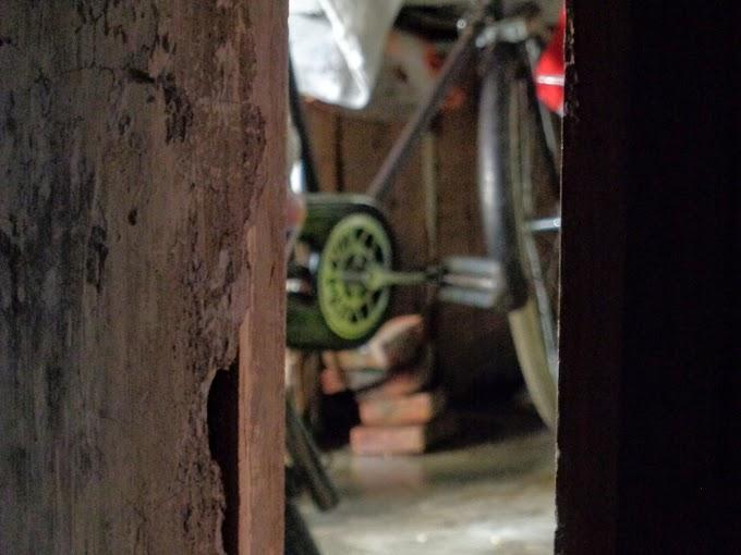 Mengintip pedal sepeda butut dari balik pintu