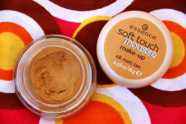 Essence Soft touch mousse penasta podloga za lice