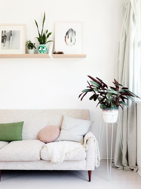 sofa con detalles en rosa quarzo chicanddeco
