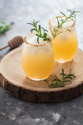 Délicieuse recette d'une Margarita poire, miel et romarin. Un délicieux cocktail rafraîchissant pour vos prochains apéros !