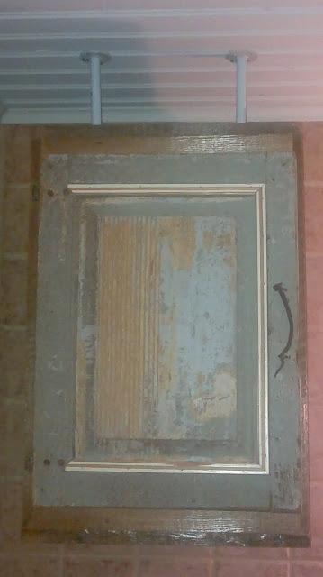 vanha kulunut ovi kaappi