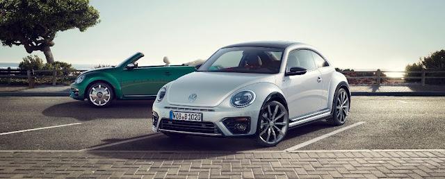 Al frente el Volkswagen Beetle 2017 - Al fondo el Volkswagen Beetle Cabriolet 2017