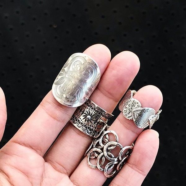 手に着けた4つのリングは、どれも人気のガスビジューのリングです