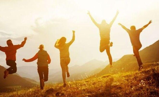 Personas contentas saltando