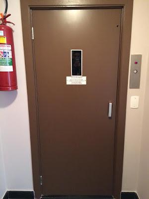 Pintura de porta de elevador com esmalte a base de solvente SP