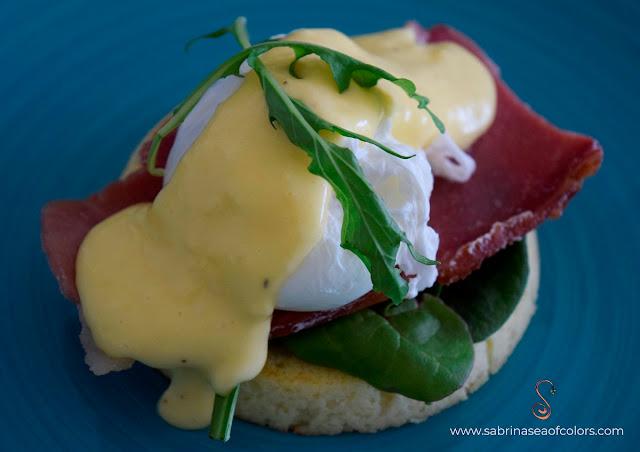 Huevos Benedictinos con pan keto