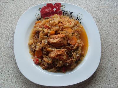 πιάτο με κομμάτια χοιρινού κρέατος μαγειρεμένο με λάχανο,φαγητό Βορειοελλάδιτικο ως επο το πλείστον
