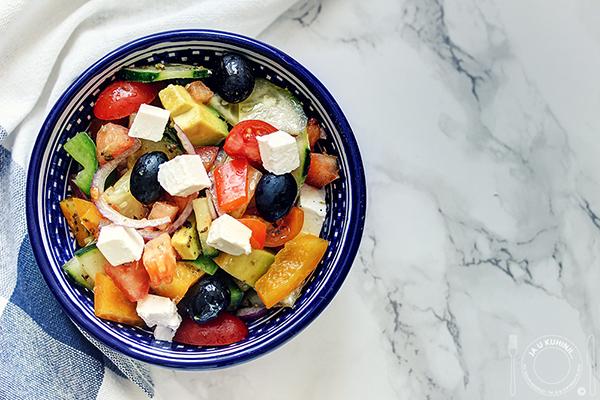 Grčka salata sa avokadom i pileći souvlaki