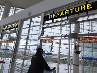 Pintu keberangkatan bandara syamsudin noor