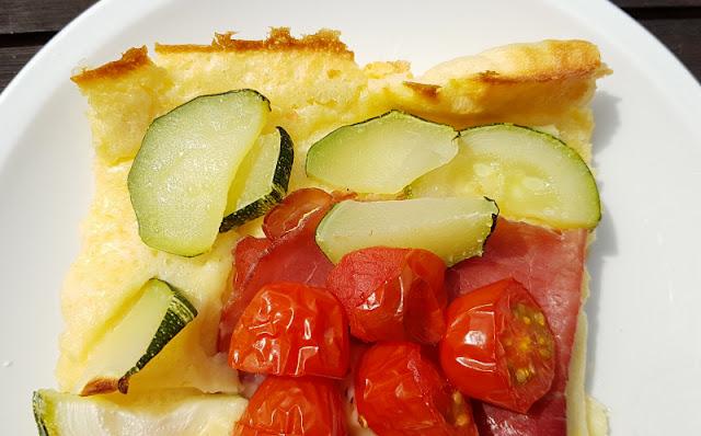 Rezept: Herzhafter finnischer Ofenpfannkuchen. Deftig und zugleich saftig schmecken uns die finnischen Pfannkuchen vom Backblech mit herzhaften Zutaten wie Tomaten, Zucchini und Schinken belegt!