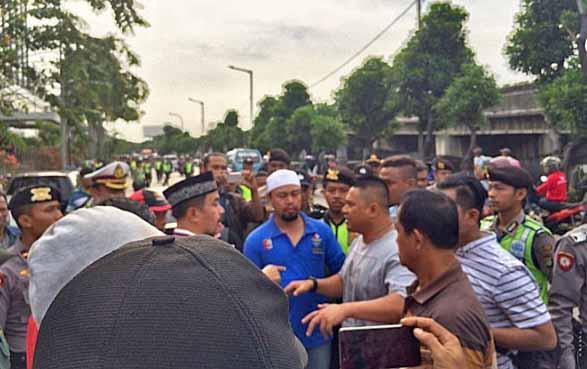 Demo Tutup Alexis Ricuh, Massa Dipukuli Preman Bayaran