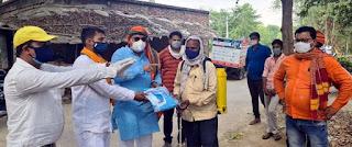 सफाईकर्मियों को विधायक रमेश मिश्रा ने बांटी पीपी किट    #NayaSaberaNetwork
