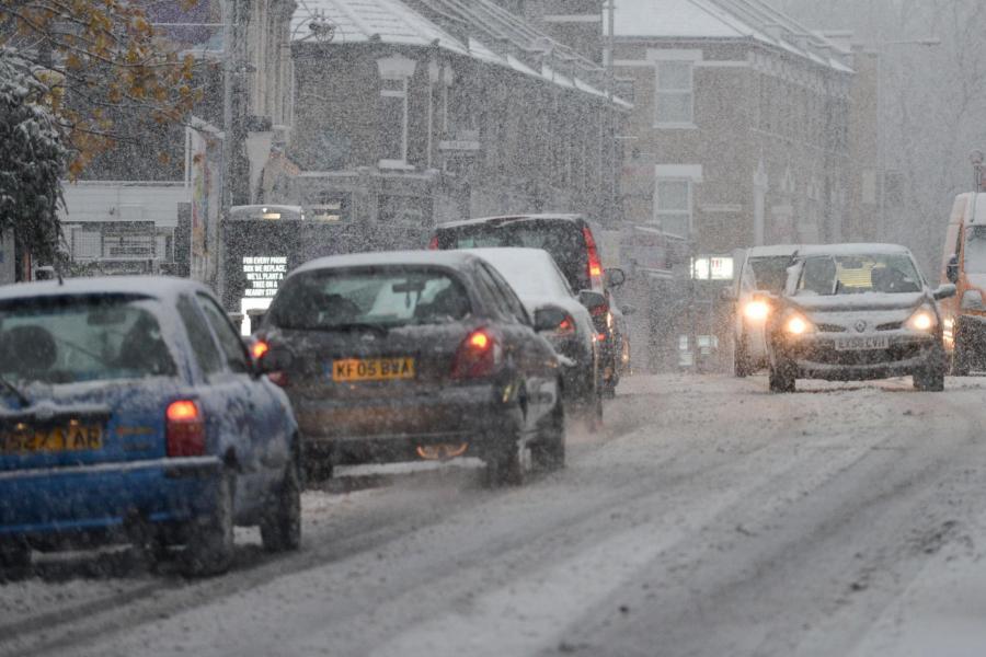 பிரித்தானியாவில் கடுமையான பனிப்பொழிவு காணப்படுமென எச்சரிக்கை Weather forecast: Londoners delight in snowfall despite widespread travel delays