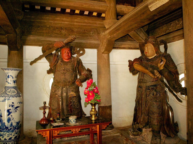 Guardianes con armas en Tay Phuong